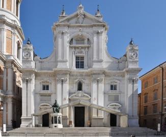 Basilica-di-Loreto-con-Struttura-per-Messa-Papale1_r